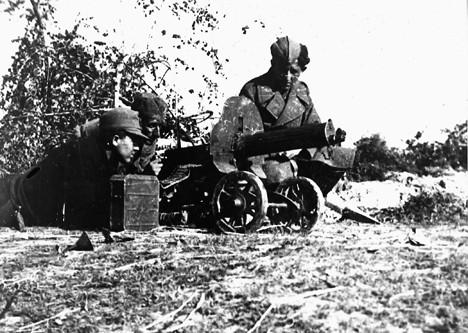 Mitraljesci-IV-bataljona-XVI-muslimanske-brigade-za-vreme-borbe-sa-ustasama-na-polozaju-kod-Odzaka2C-maja-1945.jpg